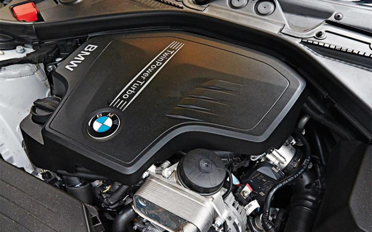 BMW-220i-Convertible_engine
