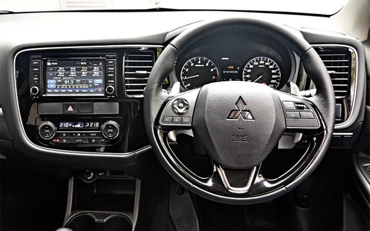 Mitsubishi-Outlander_cockpit