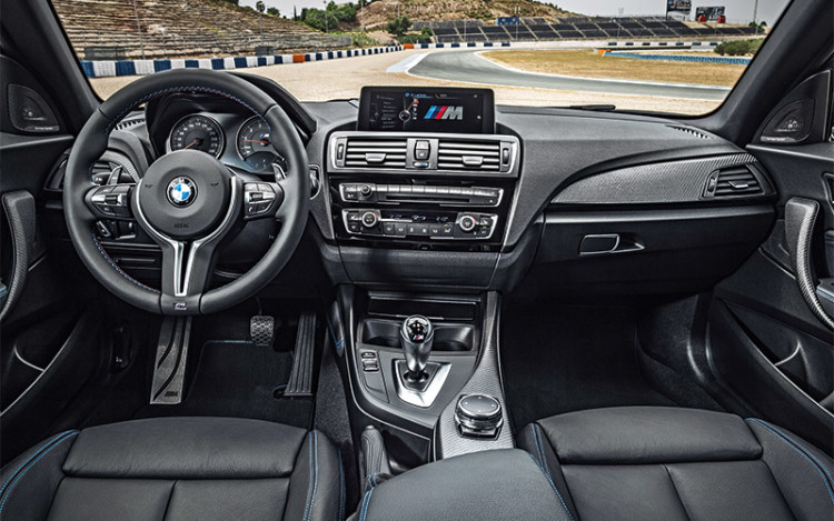 M2's seats provide good lateral support for those hard cornering manoeuvres – on road and racetrack alike.