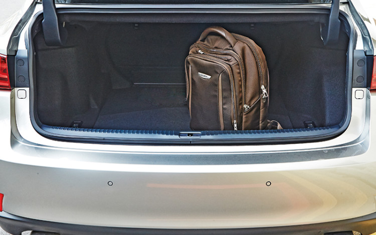 IS200t boot offers 480 litres of luggage space.