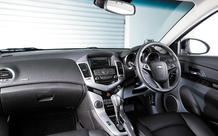 CRUZE - Seemingly inspired by the Transformers logo, the dramatic centre console offers the biggest buttons and a nifty multi-function display. Air-con panel is almost minimalist, but its cooling power is maximal, even on hot days.