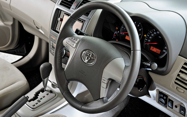 COROLLA ALTIS - The cockpit is foolproof and well-equipped, but it lacks excitement. The steering wheel, which comes complete with telescopic adjustment, makes light work of parking and is heavy on convenience, controlling both the trip computer and audio player.