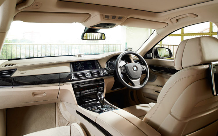 750Li - Most comfortable seats and largest footrest make this cockpit great for long drives. Overall visibility is also the clearest, thanks to the generously sized rear view mirror plus wide front and rear windscreens.