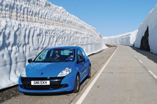 renault clio rs 200 snow embankment