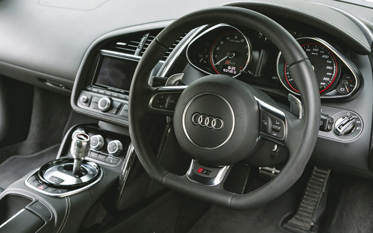 audi-r8-v10-plus-steering