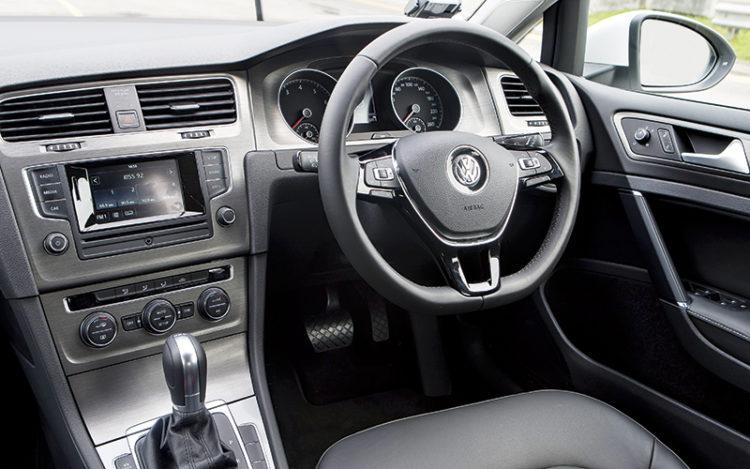 volkswagen-golf-cockpit