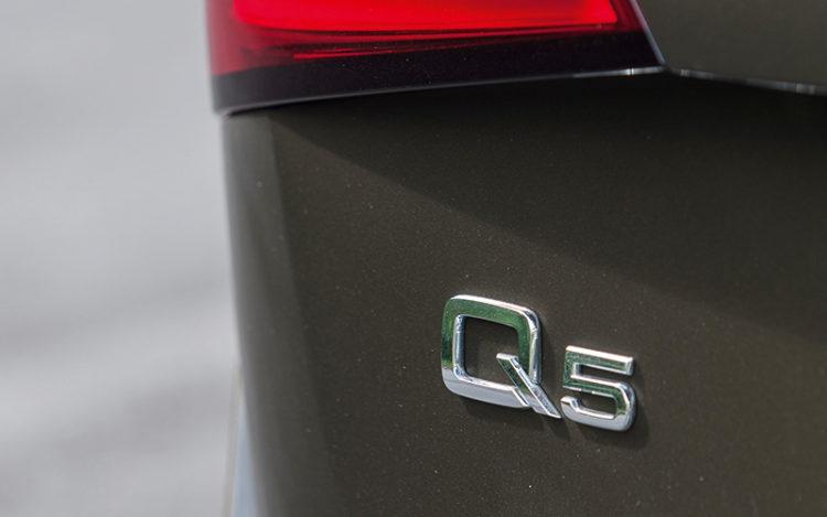 audi-q5-3.0-badge