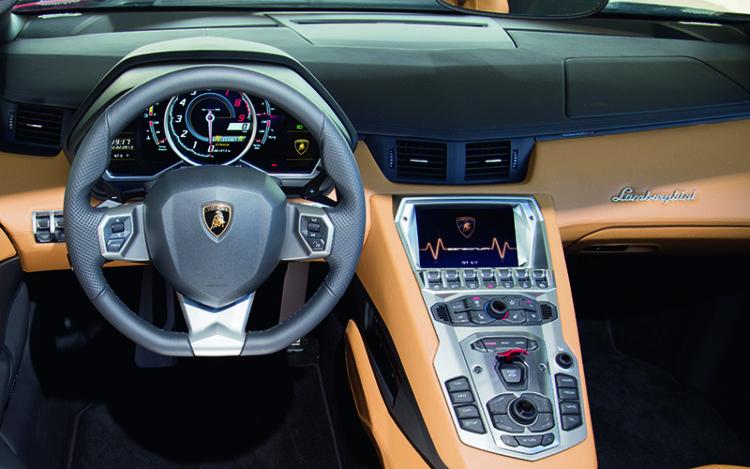 lamborghini-aventador-roadster-cockpit