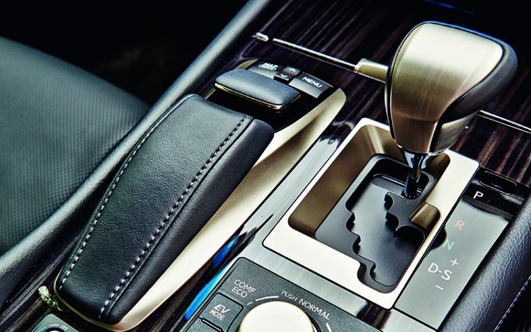 lexus-ls-gearshift