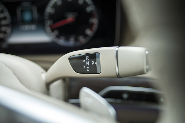 Mercedes-Benz S320L's column-mounted gearshift lever.