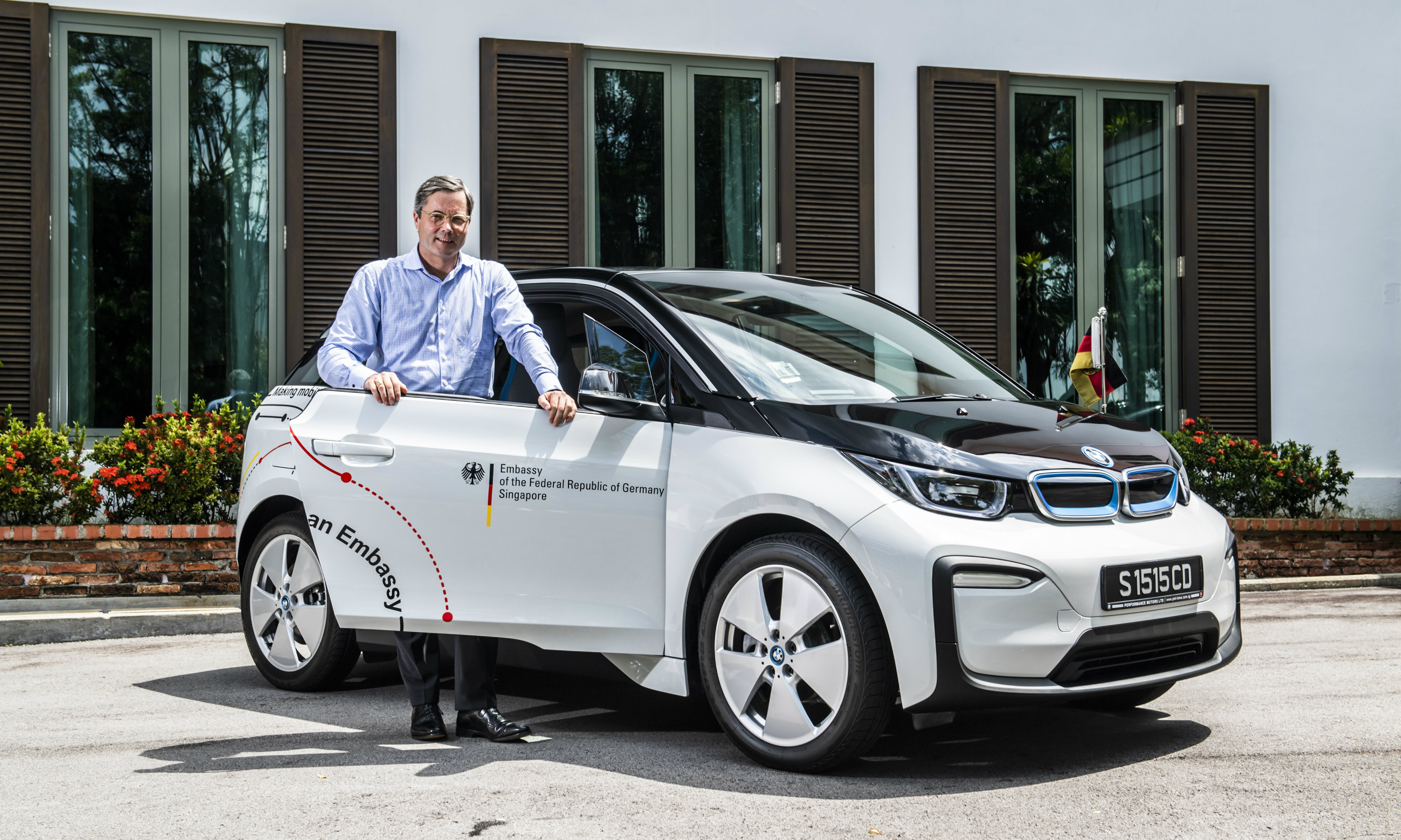It is the first embassy in Singapore to use an electric vehicle for the ambassador's official duties.
