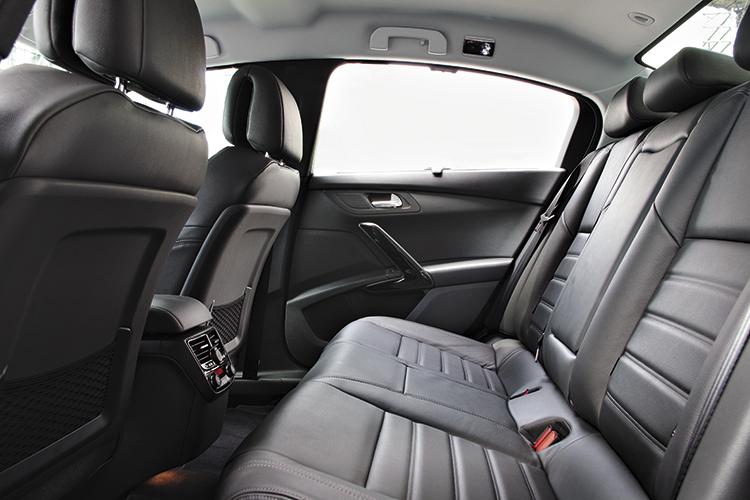 peugeot 508 backseat