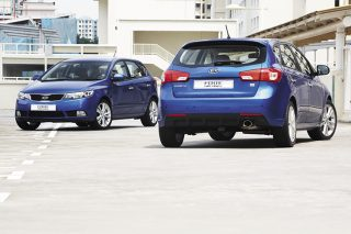 kia cerato forte 5dr hatchback front and rear main pic