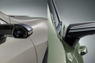 The first of their kind to equip a mass-produced vehicle, Lexus Digital Side-View Monitors show what is on the left, right and rear of the car, displaying the camera's images on a monitor inside the cabin and providing enhanced views of the area around the car at night and in inclement weather, and also during turns or when backing up.
