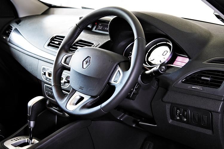 renault megane hatchback cockpit