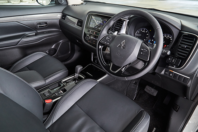 mitsubishi outlander cockpit