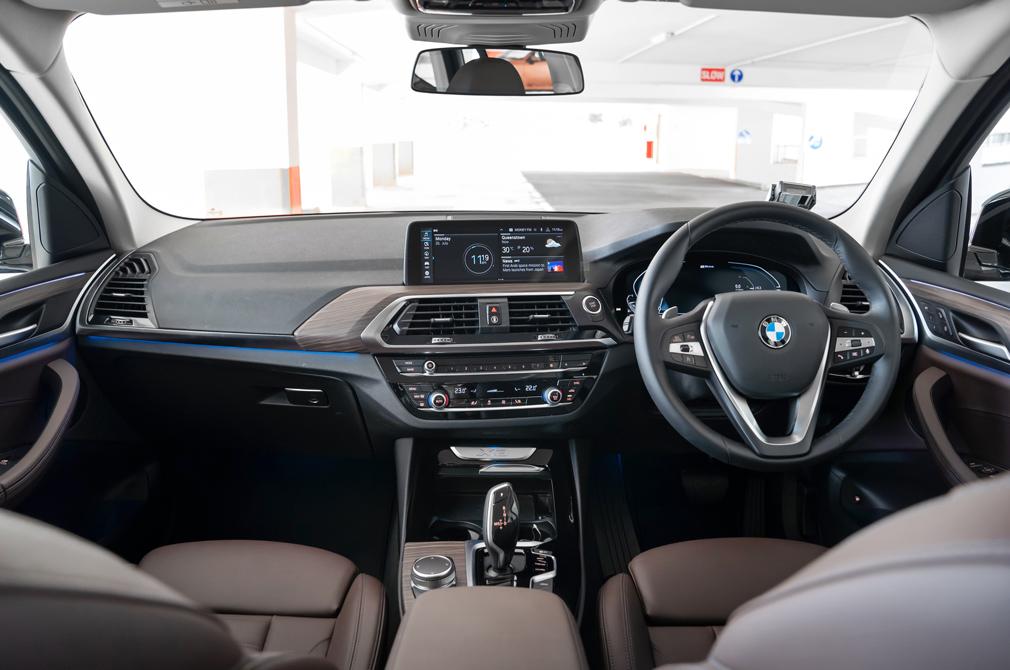 BMW X3 xDrive30e cockpit