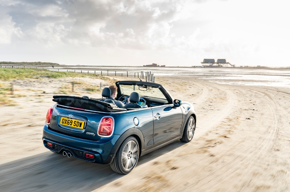 MINI Convertible Sidewalk Edition rear panning