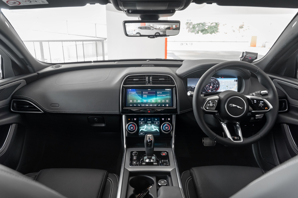 jaguar xe cockpit
