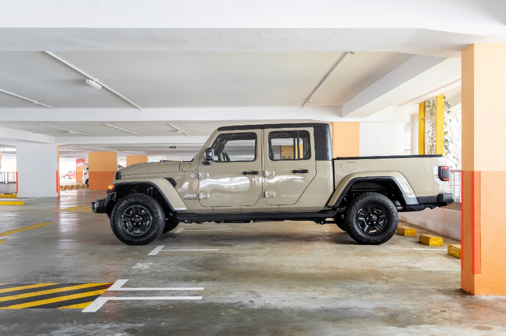jeep gladiator carpark