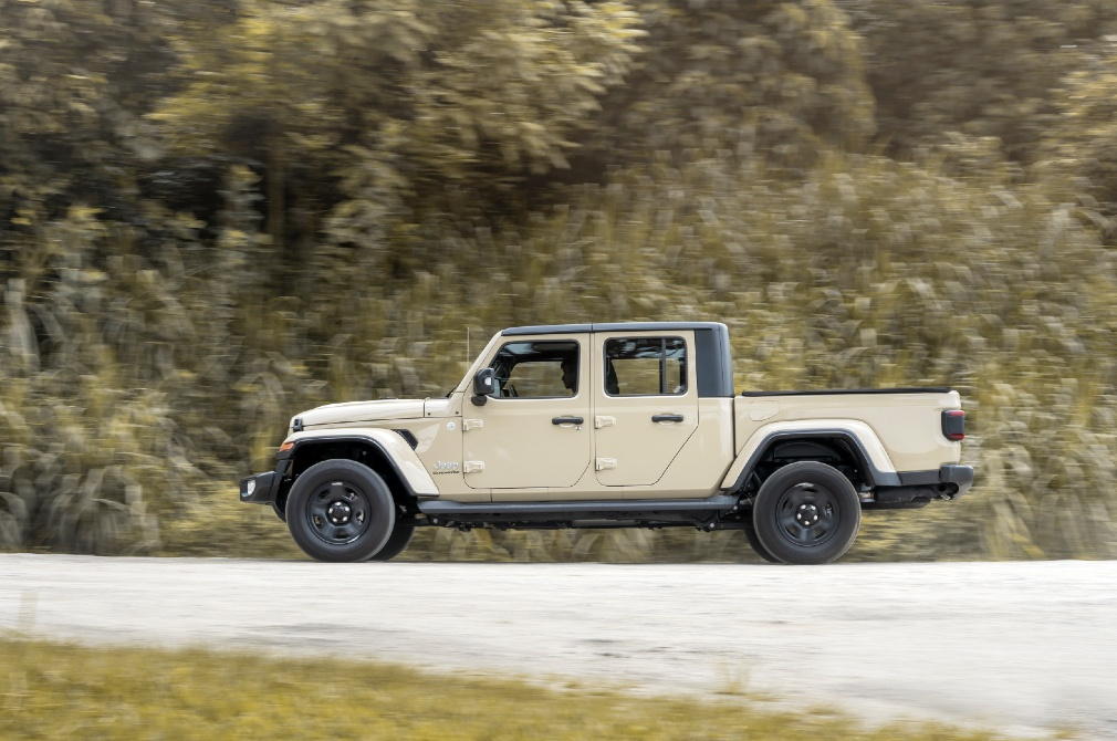 jeep gladiator panning shot