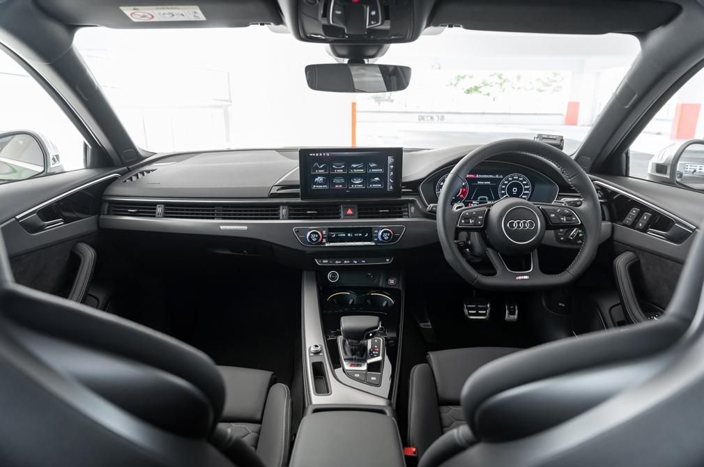 Audi RS4 Avant cockpit
