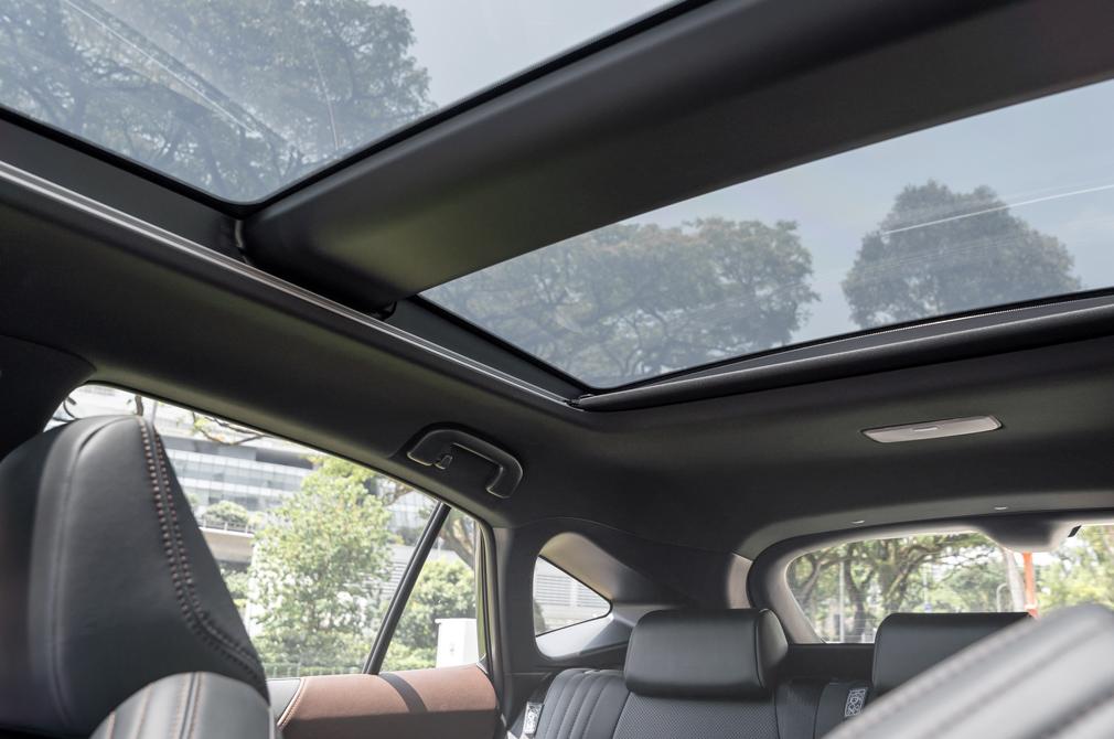 Toyota Harrier Hybrid panoramic roof