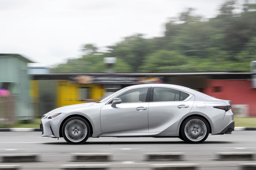 Lexus IS300h panning