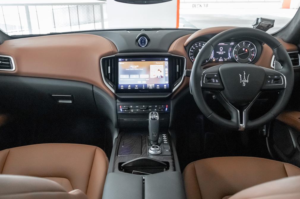 maserati ghibli hybrid cockpit