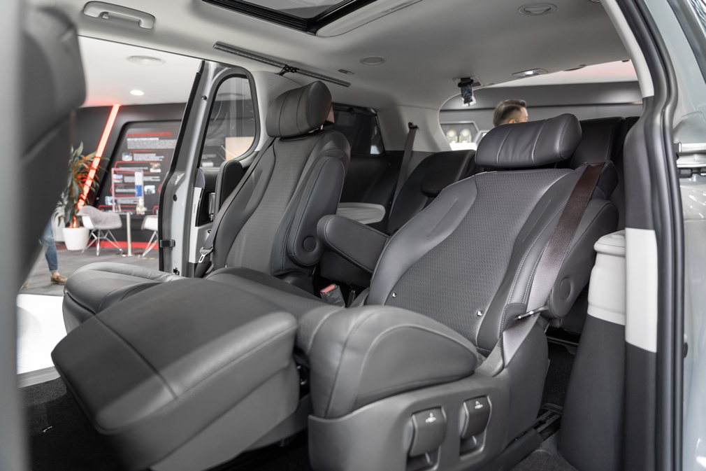 Kia Carnival captain's chairs